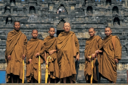 monks_borobodur_indonesia_big[1].jpg